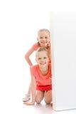 Τα κορίτσια κοιτάζουν έξω από τα πίσω εμπόδια Στοκ εικόνες με δικαίωμα ελεύθερης χρήσης