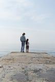 τα κορίτσια κοιτάζουν πέρα από τη θάλασσα Στοκ Εικόνες