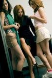 τα κορίτσια κουτσομπο&lambd Στοκ εικόνα με δικαίωμα ελεύθερης χρήσης