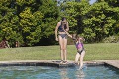 Τα κορίτσια κολυμπούν τη διασκέδαση λιμνών Στοκ φωτογραφία με δικαίωμα ελεύθερης χρήσης