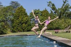 Τα κορίτσια κολυμπούν τη διασκέδαση λιμνών Στοκ Εικόνα