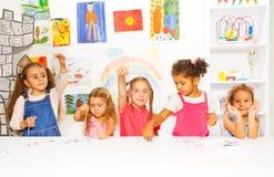 Τα κορίτσια μαθαίνουν πώς τεθειμένες χάντρες στις σειρές στην κατηγορία Στοκ Φωτογραφία