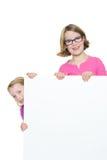 Τα κορίτσια με την τράπεζα υπογράφουν Στοκ Εικόνες