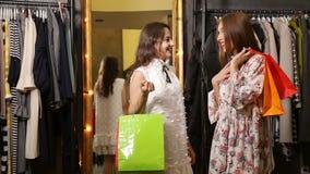 Τα κορίτσια μιλούν στο κατάστημα απόθεμα βίντεο