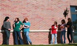 τα κορίτσια ομαδοποιούν το ζηλότυπο έφηβο Στοκ εικόνες με δικαίωμα ελεύθερης χρήσης