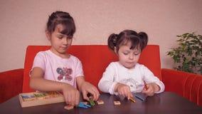 Τα κορίτσια παίζουν με τα εκπαιδευτικά παιχνίδια απόθεμα βίντεο