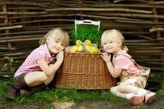 Τα κορίτσια παίζουν με την πάπια Στοκ Εικόνα