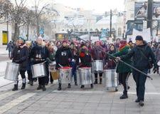 Τα κορίτσια παίζουν το τύμπανο Μαρτίου των γυναικών τις διαμαρτυρία, μια παγκόσμια για το wom Στοκ Εικόνα
