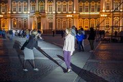 Τα κορίτσια παίρνουν τις εικόνες κοντά στο χειμερινό παλάτι Στοκ φωτογραφίες με δικαίωμα ελεύθερης χρήσης