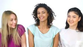 Τα κορίτσια παρουσιάζουν τις διάφορες χειρονομίες και γέλιο απόθεμα βίντεο