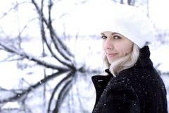Τα κορίτσια περπατούν στα ξύλα Στοκ εικόνα με δικαίωμα ελεύθερης χρήσης