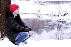 Τα κορίτσια περπατούν στα ξύλα Στοκ φωτογραφίες με δικαίωμα ελεύθερης χρήσης