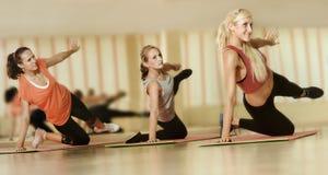 Τα κορίτσια πηγαίνουν μέσα για τον αθλητισμό Στοκ φωτογραφία με δικαίωμα ελεύθερης χρήσης