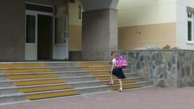 Τα κορίτσια πηγαίνουν στο σχολείο επάνω με το σακίδιο πλάτησα πίσω σχολείο έννοιας Αστείος πυροβολισμός του νέου καυκάσιου σακιδί Στοκ φωτογραφία με δικαίωμα ελεύθερης χρήσης