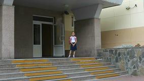 Τα κορίτσια πηγαίνουν στο σχολείο επάνω με το σακίδιο πλάτησα πίσω σχολείο έννοιας Αστείος πυροβολισμός του νέου καυκάσιου σακιδί Στοκ Φωτογραφία