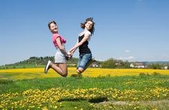 τα κορίτσια πηδούν Στοκ Εικόνες