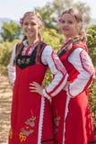 Τα κορίτσια που θέτουν κατά τη διάρκεια αυξήθηκαν φεστιβάλ επιλογής στη Βουλγαρία Στοκ Φωτογραφία