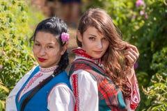 Τα κορίτσια που θέτουν κατά τη διάρκεια αυξήθηκαν φεστιβάλ επιλογής στη Βουλγαρία Στοκ Εικόνες
