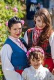 Τα κορίτσια που θέτουν κατά τη διάρκεια αυξήθηκαν φεστιβάλ επιλογής στη Βουλγαρία Στοκ Εικόνα