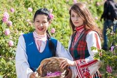Τα κορίτσια που θέτουν κατά τη διάρκεια αυξήθηκαν φεστιβάλ επιλογής στη Βουλγαρία Στοκ εικόνα με δικαίωμα ελεύθερης χρήσης