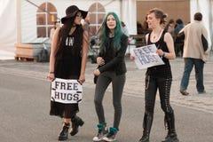 Τα κορίτσια που κρατούν ένα σημάδι ελεύθερο αγκαλιάζουν σε Animefest Στοκ Φωτογραφίες