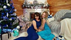 Τα κορίτσια που φιλούν, φιλικά αγκαλιάσματα, φίλοι αντάλλαξαν τους χαιρετισμούς με τις διακοπές Χριστουγέννων, τα κορίτσια στα όμ φιλμ μικρού μήκους