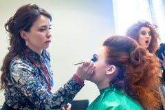Τα κορίτσια προετοιμάζονται για ένα μέρος πίσω από τις σκηνές Στοκ εικόνα με δικαίωμα ελεύθερης χρήσης