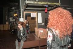 Τα κορίτσια προετοιμάζονται για ένα μέρος πίσω από τις σκηνές Στοκ Φωτογραφίες