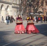 τα κορίτσια πωλούν τις νεολαίες γλυκών Στοκ εικόνα με δικαίωμα ελεύθερης χρήσης