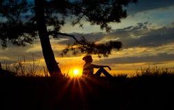 Τα κορίτσια σκιαγραφούν στο reflexia περισυλλογής στο ηλιοβασίλεμα Στοκ φωτογραφία με δικαίωμα ελεύθερης χρήσης