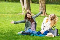 τα κορίτσια σταθμεύουν δύο Στοκ εικόνα με δικαίωμα ελεύθερης χρήσης