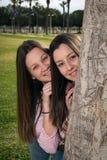 τα κορίτσια σταθμεύουν δύο Στοκ φωτογραφία με δικαίωμα ελεύθερης χρήσης