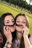 τα κορίτσια σταθμεύουν δύο Στοκ Εικόνες