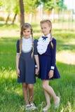 Τα κορίτσια στηρίζονται schoolyard Στοκ εικόνα με δικαίωμα ελεύθερης χρήσης