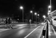 Τα κορίτσια στη γέφυρα στοκ εικόνα με δικαίωμα ελεύθερης χρήσης