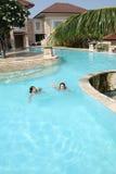τα κορίτσια συγκεντρώνουν την κολύμβηση Στοκ Εικόνα