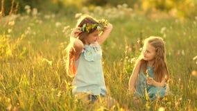 Τα κορίτσια υφαίνουν τα στεφάνια απόθεμα βίντεο