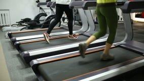Τα κορίτσια χάνουν το βάρος treadmill απόθεμα βίντεο