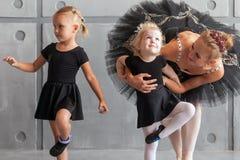Τα κορίτσια χορεύουν μπαλέτο στοκ εικόνα