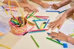 Τα κορίτσια χρωματίζουν τα μολύβια Στοκ φωτογραφία με δικαίωμα ελεύθερης χρήσης