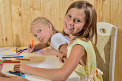 Τα κορίτσια χρωματίζουν τα μολύβια Στοκ εικόνα με δικαίωμα ελεύθερης χρήσης