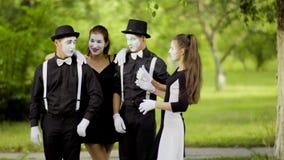 Τα κορίτσια mimes ενώνουν τα αγόρια mimes στο πάρκο απόθεμα βίντεο