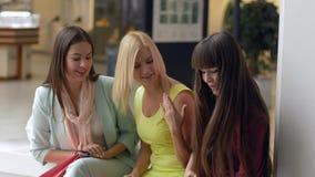 Τα κορίτσια shopaholics επιχείρησης είναι καυχώνται ότι νέος αγοράστε μέσα τις συσκευασίες από τις ακριβές μπουτίκ στην εποχή των φιλμ μικρού μήκους