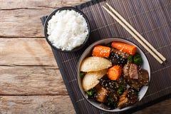 Τα κορεατικά μαγειρευμένα κοντά πλευρά βόειου κρέατος με τα λαχανικά και το ρύζι διακοσμούν το γ Στοκ Εικόνες