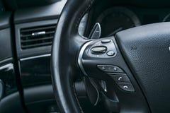 Τα κουμπιά ελέγχου MEDIA στο τιμόνι στο μαύρο perforatedMedia ελέγχουν τα κουμπιά στο τιμόνι στο Μαύρο που διατρυπιέται Στοκ Εικόνα