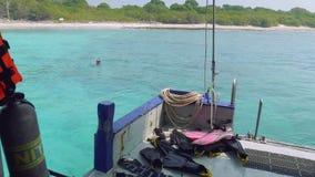 Τα κουπιά για την κατάδυση είναι εν πλω, το άτομο έτοιμο να βουτήξει κολυμπά στο νερό φιλμ μικρού μήκους