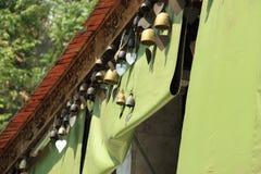Τα κουδούνια κρεμούν στη στέγη στον ταϊλανδικό ναό Στοκ φωτογραφία με δικαίωμα ελεύθερης χρήσης