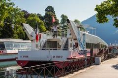 Τα κρουαζιερόπλοια δένονται στην αποβάθρα στο Annecy, Γαλλία Στοκ εικόνα με δικαίωμα ελεύθερης χρήσης