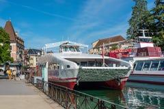 Τα κρουαζιερόπλοια δένονται στην αποβάθρα στο Annecy, Γαλλία Στοκ φωτογραφίες με δικαίωμα ελεύθερης χρήσης