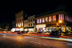 Τα κτήρια και η κυκλοφορία στο κεντρικό δρόμο τη νύχτα, σε Annapolis, χαλούν Στοκ Φωτογραφίες